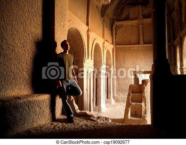 sozinha, homem, igreja - csp19092677
