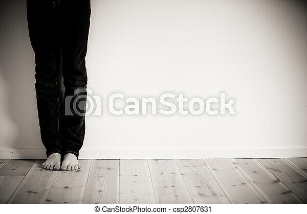 sozinha, menino, seu, barefeet, sala - csp2807631