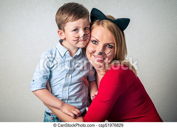 Glücklicher Junge mit Mama, der Spaß hat - csp51976829