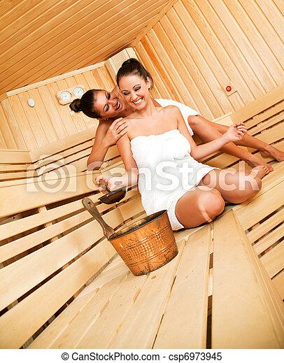 Zwei Schöne Girls Haben Spaß In Kiste