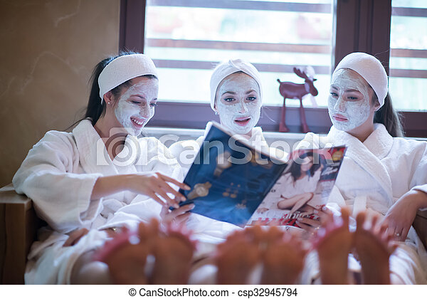 spa, bachelorette, maske, mädels, gesicht, zeitschrift, party, lesende  - csp32945794