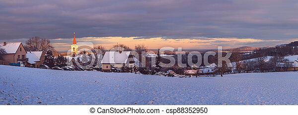 spadnout úroveň, instruktivní, vesnice, zima krajinomalba, církev, čech republika, večer, vezovata - csp88352950