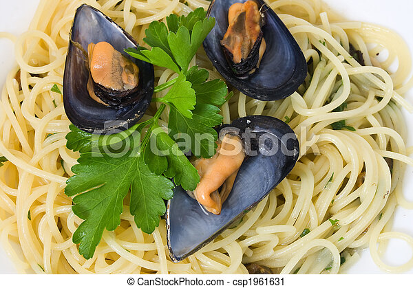 Spaghetti and mussels 2 - csp1961631