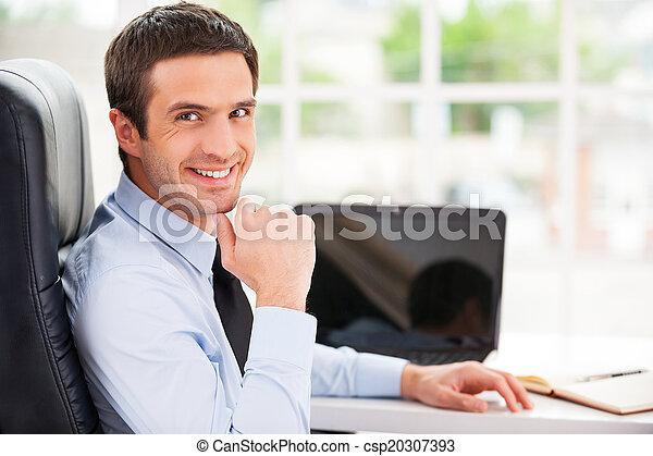 spalla, successful., lavorativo, seduta, sopra, giovane, formalwear, dall'aspetto, fiducioso, mentre, suo, posto, uomo sorridente, bello - csp20307393