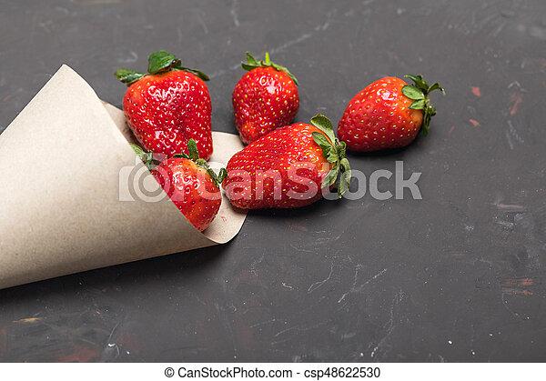 sparso, carta, fragole, nero, cono, fresco, rosso, tabletop - csp48622530