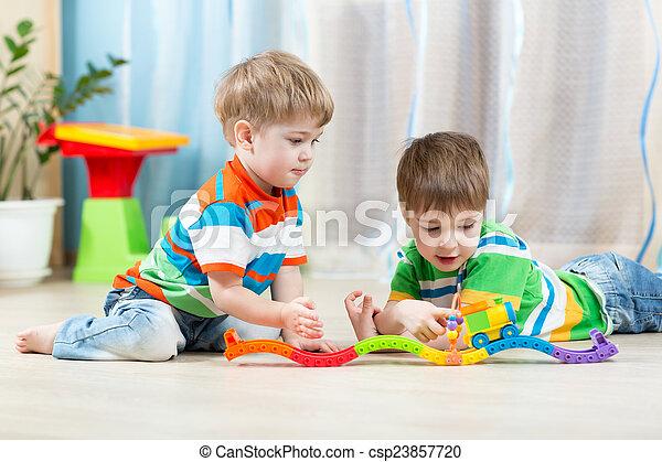 speelbal, bevestigingslijst, kinderen, straat, spelend - csp23857720