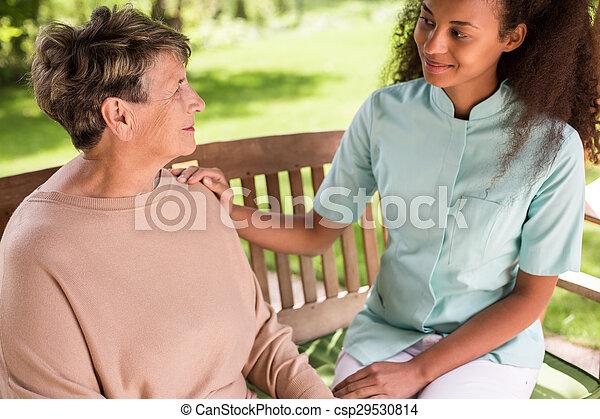 spenderande, senior woman, utanför, tid - csp29530814
