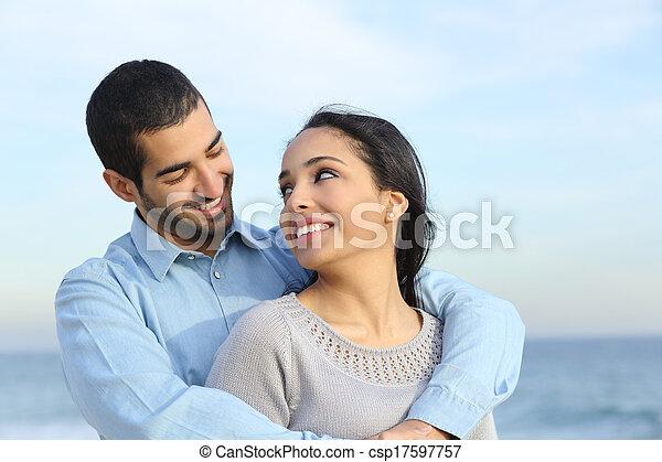 spiaggia, amore, coppia, felice, casuale, arabo, cuddling - csp17597757