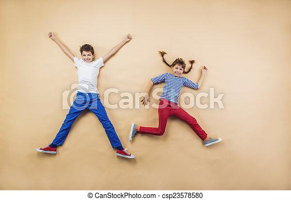 Kinder spielen zusammen - csp23578580