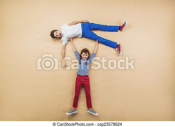 Kinder spielen zusammen - csp23578624