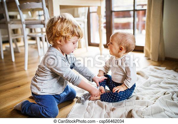 Zwei Kleinkinder spielen zu Hause. - csp56462034
