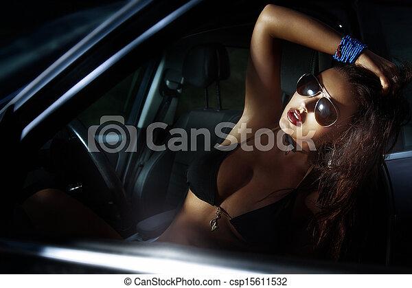 Sexy Lady posiert in einem Sportwagen. - csp15611532