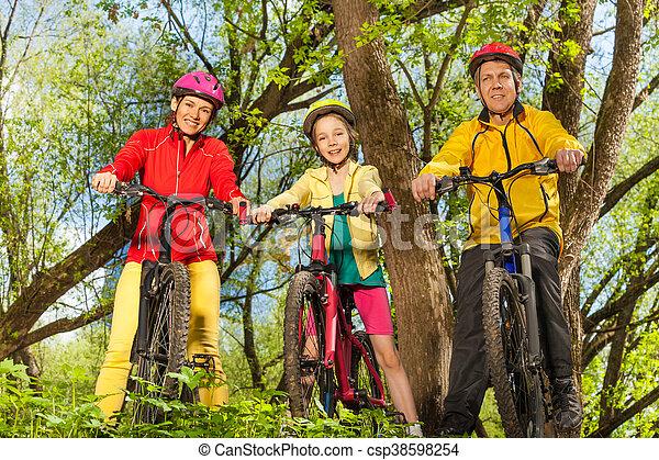 sporty, família, ensolarado, bicicletas, floresta, feliz - csp38598254