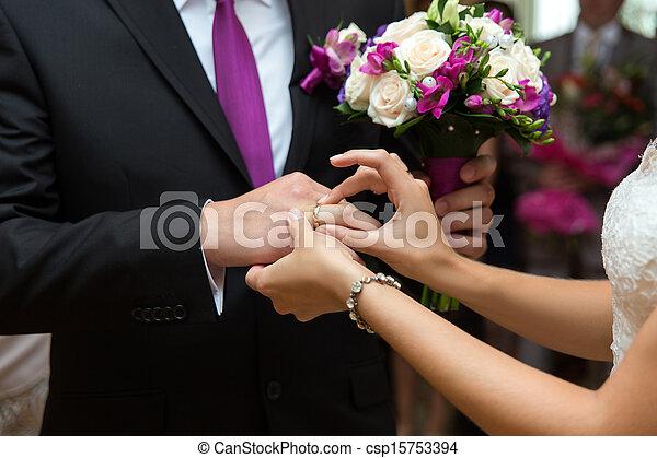 sposa, anello, groom's, mettere, dito - csp15753394