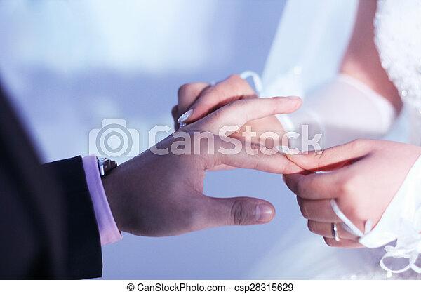 sposa, anello, groom's, mettere, dito - csp28315629