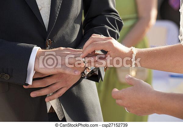 sposa, anello, mettere, dito, sposi - csp27152739