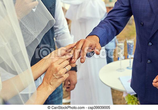 sposa, mettere, dito, fede, sposi - csp39939005