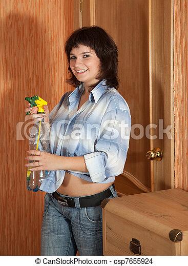 Kvinde sprøjter mælk