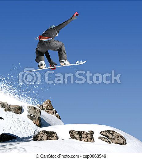 Snowboarder springt - csp0063549