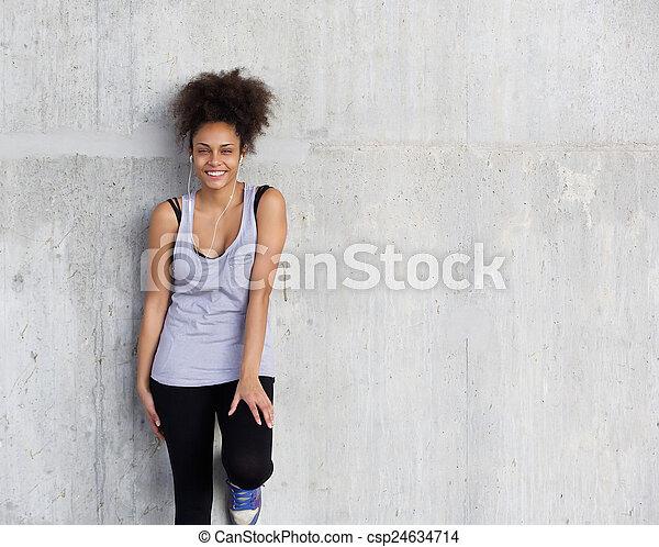 sprytny, kobieta, młody, lekkoatletyka, uśmiechanie się, earphones - csp24634714