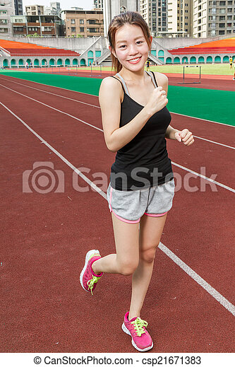 Chinesische Frau auf Sportkurs joggen - csp21671383