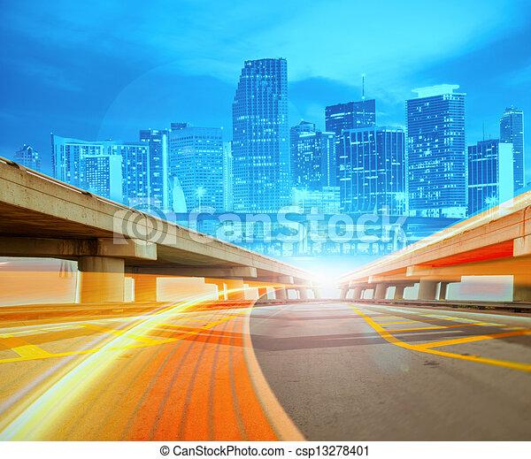 Abstract Illustration einer städtischen Autobahn, die in die moderne Stadt Innenstadt geht, Geschwindigkeit Bewegung mit bunten Lichtpfade. - csp13278401