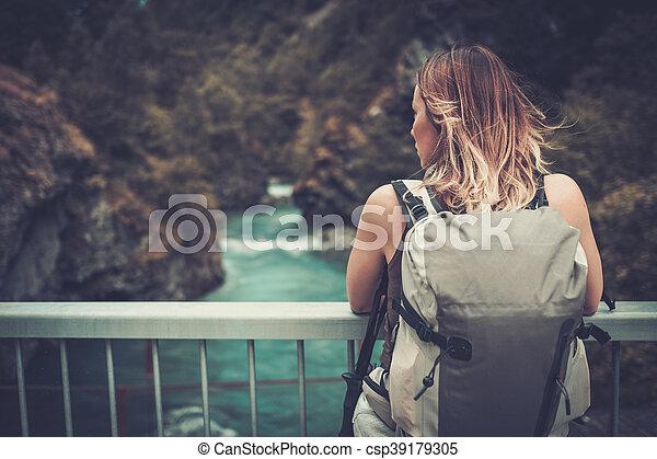 stående, bro, kvinna, fjäll, ryggsäck, vandrare, river., vild, över - csp39179305