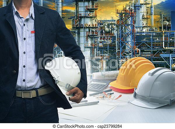 stående, hjälm, olja, mot, ingenjörsvetenskap, var, säkerhet, vit, man - csp23799284