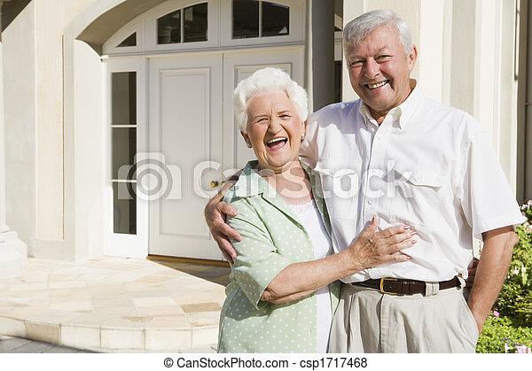 stående, par, deras, utanför, hem, senior - csp1717468
