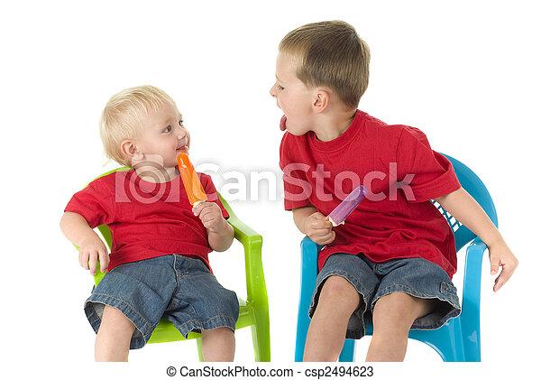 stühle, knaben, rasen, zwei, popsicles - csp2494623