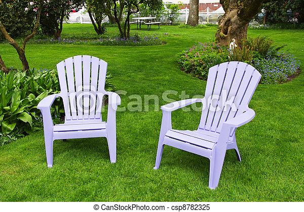 Ein Paar Stühle auf einem hellgrünen Rasen - csp8782325