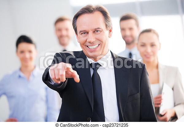 staand, collega's, zijn, middelbare leeftijd , wijzende, you!, zeker, terwijl, kiezen, achtergrond, zakenman, u, het glimlachen - csp23721235