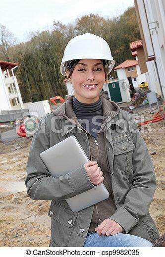 staand, helm, vrouw, bouwterrein, bouwsector, witte , veiligheid, ingenieur - csp9982035