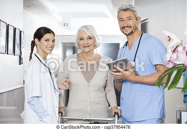 staand, patiënt, physiotherapists, vrouwlijk, walker, gebruik - csp37954476