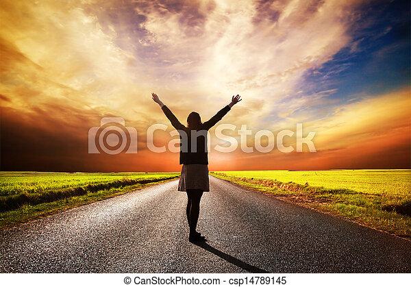 staand, vrouw, lang, ondergaande zon , straat, vrolijke  - csp14789145
