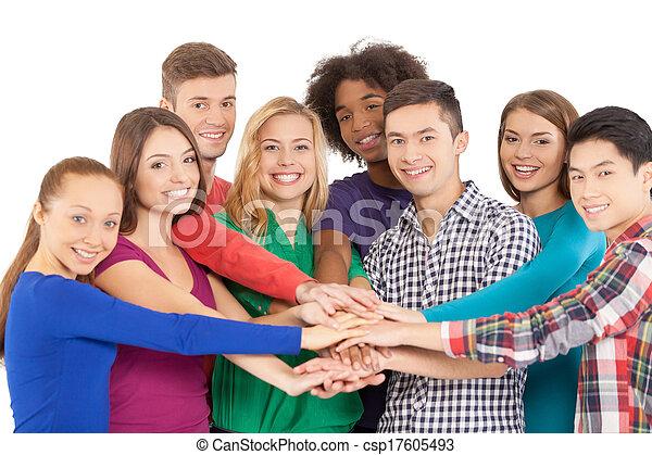 staand, wij, groep, mensen, wanneer, vrijstaand, samen, vrolijk, terwijl, fototoestel, samen., holdingshanden, het glimlachen, sterke, witte , multi-etnisch - csp17605493