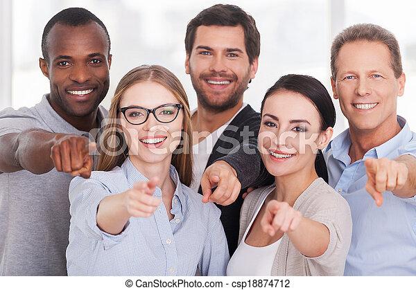 staand, wij, groep, wijzende, zakenlui, you!, vrolijk, anderen, kiezen, elke, afsluiten, u, vrijetijdskleding - csp18874712