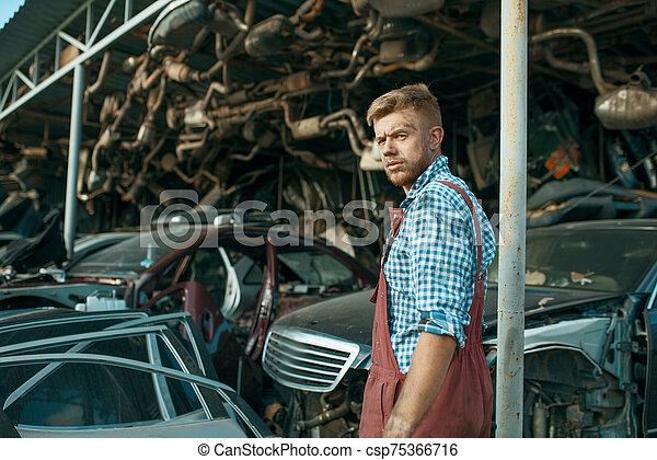 stack, mekaniker, skrotupplag, manlig, bilar - csp75366716