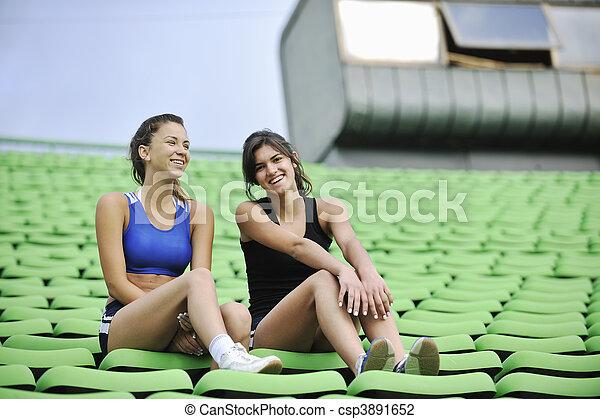 Eine Gruppe Sportlerinnen entspannt sich im Fußballstadion - csp3891652