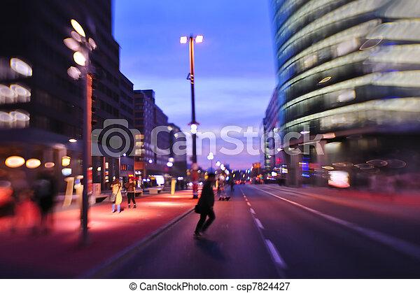 stadt, beschäftigt, autos, nacht, verschleierte bewegung, straßenlaterne - csp7824427