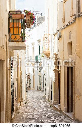 Otranto, Apulien - Eine traumhafte Gasse in der Altstadt von Otranto in Italien - csp61501965