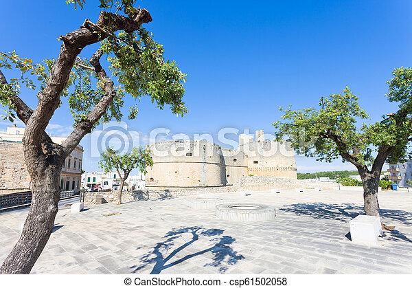 Otranto, Apulien - Marktplatz vor der historischen Stadtmauer von Otranto - csp61502058