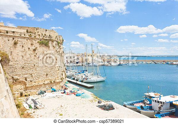 Gallipoli, Apulien - Segelboote am Hafen nahe der historischen Stadtmauer - csp57389021