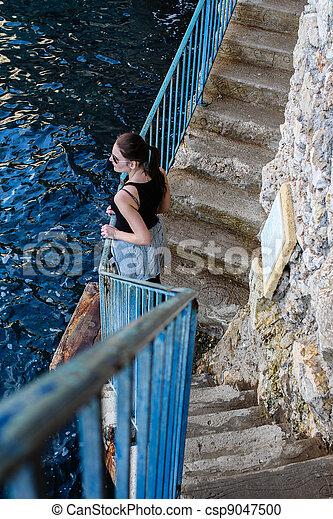 Standing blu donna brunetta ringhiera standing blu for Piani di garage free standing