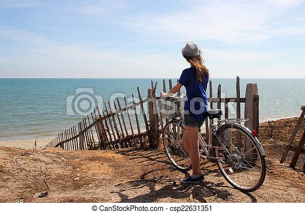Standing Ragazza Bicicletta Mare Rilassante