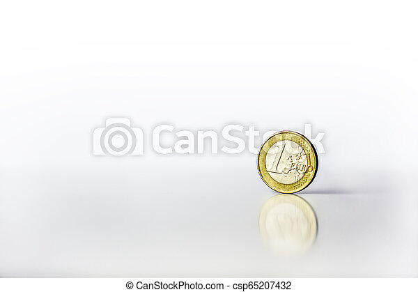 standing, riflessione, uno, fondo, bianco, moneta, euro - csp65207432