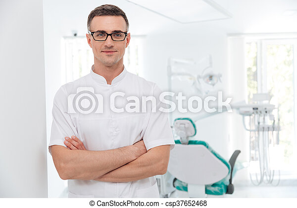 standing, suo, dentista, attraversato, femmina porge - csp37652468