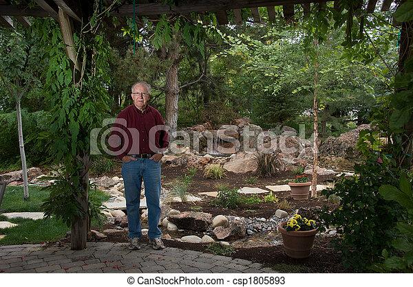 Standing suo giardino uomo anziano standing cascata for Piani di garage free standing