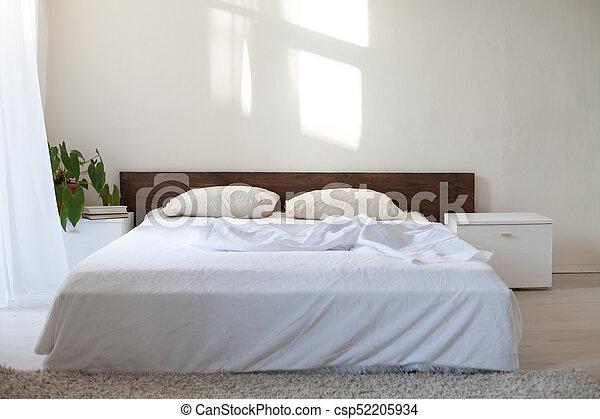 Stanza bianca, letto, camera letto foto d\'archivio - Cerca ...