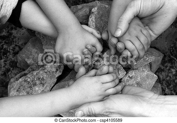 steen, volwassene, holdingshanden, cirkel, kinderen - csp4105589